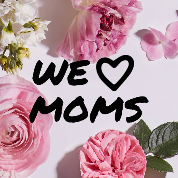 """Black text """"WE HEART MOMS"""" on pink and white flowers background"""